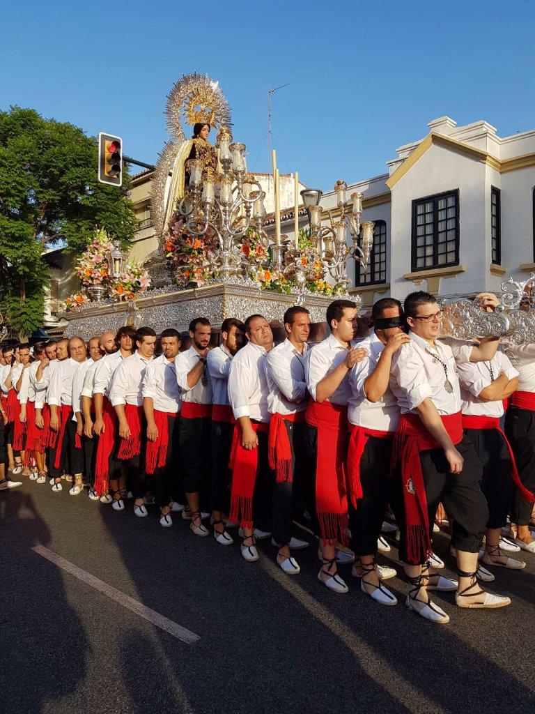 riesige gold-silberne Figur auf Podest wird von duzenden Männern getragen - Rundreise Andalusien