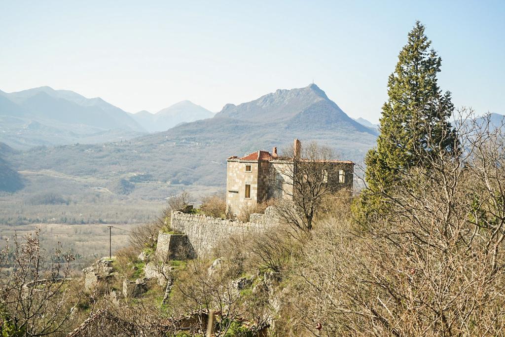 Ruine dahinter Blick in die Ebene - Wandern in Montenegro, Virpazar, Skradar See
