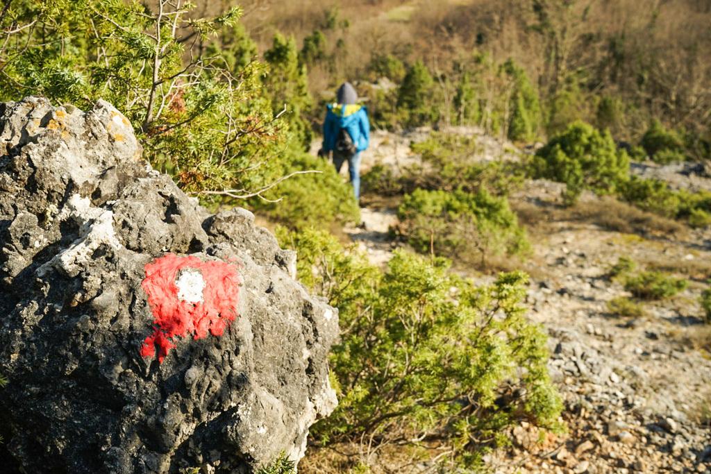 Rot-Weiss markierter Stein - Wandern in Montenegro, Virpazar, Skradar See