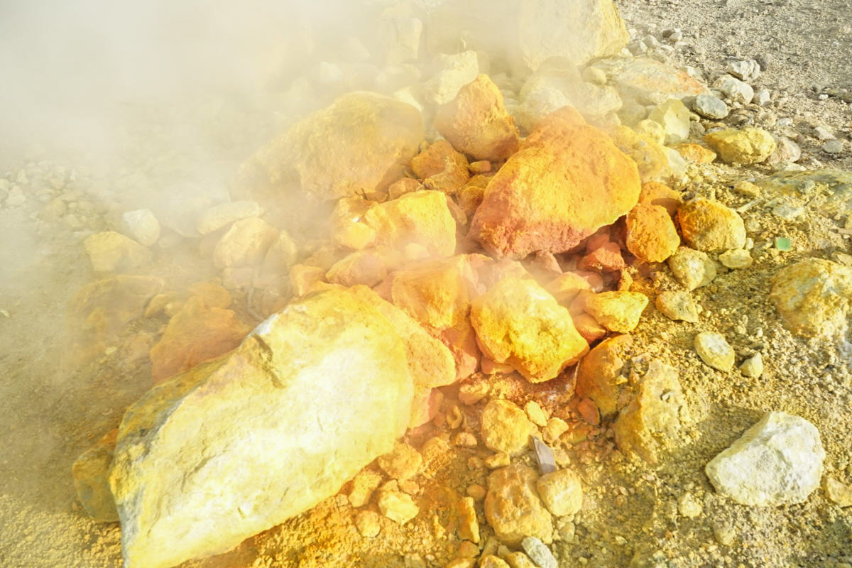 Gelb, Orange, Rot verfärbte Steine - Vulkan Solfatara