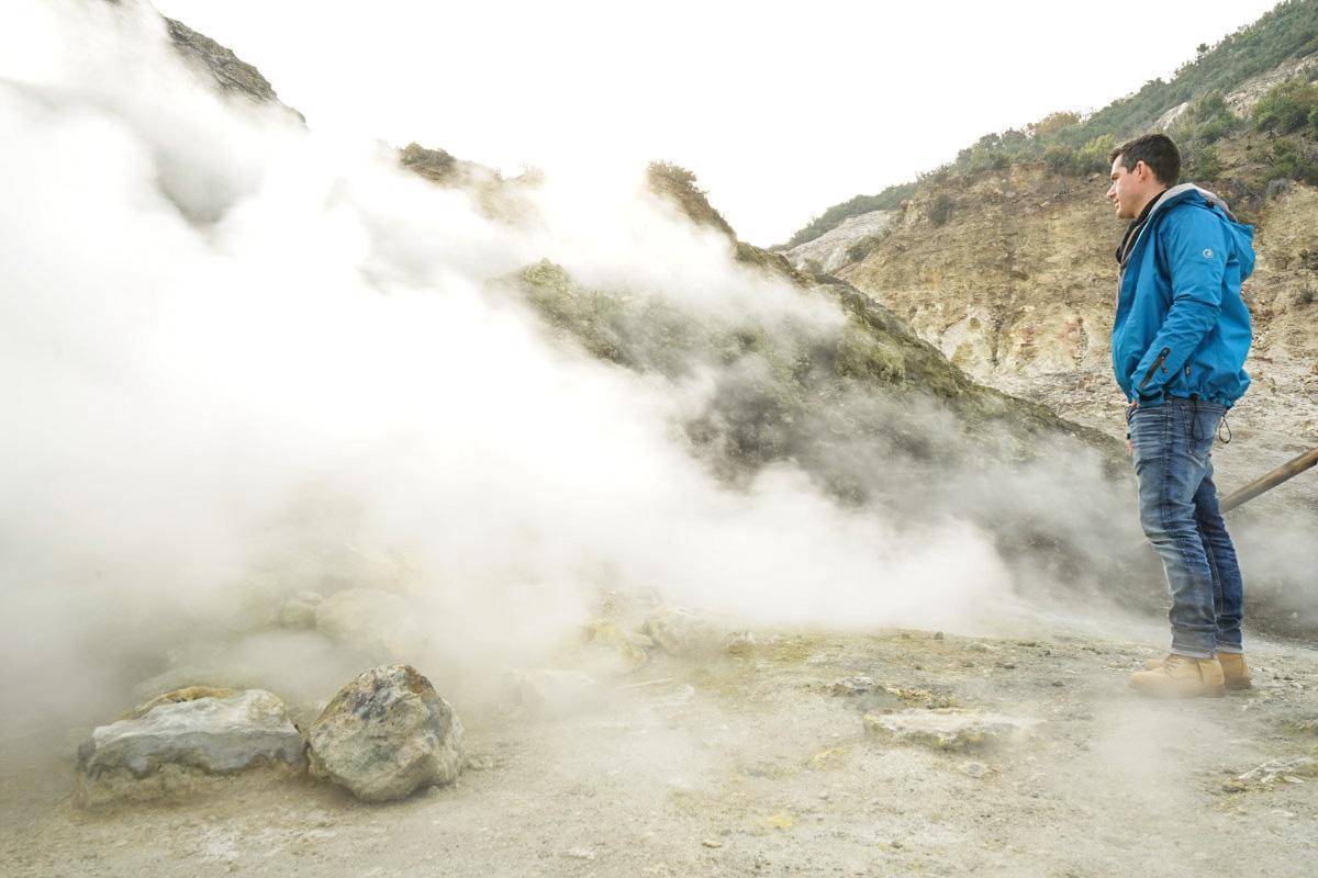 Lui vor dampfendem Hang - Solfatara besichtigen