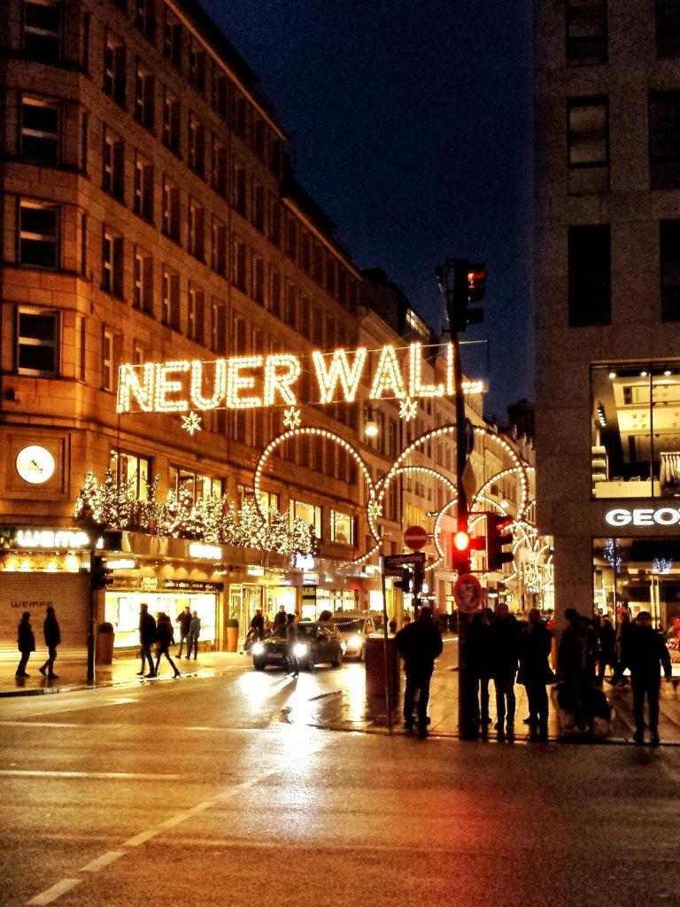 Neuer Wall in Leuchtschrift über Strasse - Weihnachten in Hamburg