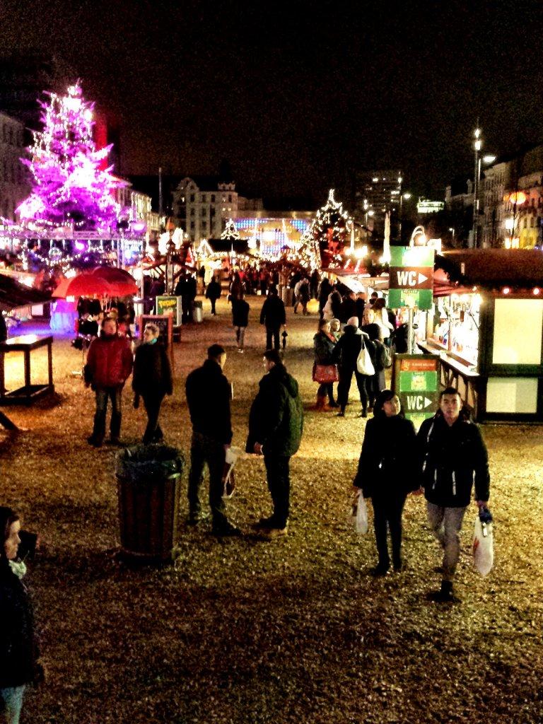 Schnitzelplatz mit Buden und pink beleuchtetem Weihnachtsbaum - Weihnachten in Hamburg