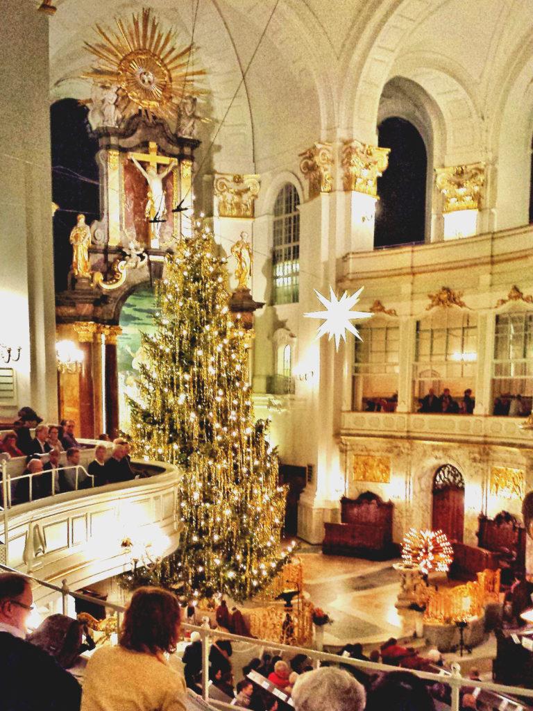hohe Kirche, riesige geschmückte Tanne - Weihnachten in Hamburg