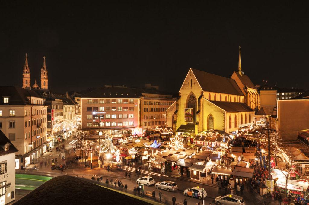 Weihnachtsbuden vor Kirche - schönste Weihnachtsmärkte Europas