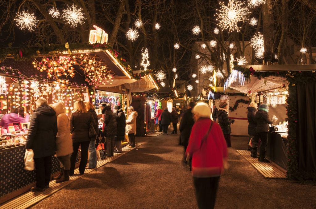 Marktstände, Weihnachtsflocken aus Lichtern in Bäumen
