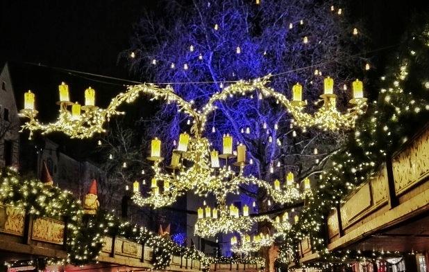 Kränze und Kerzen beleuchtet - kölner Weihnachtsmarkt