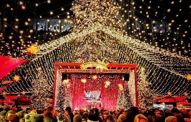 Lichterhimmel, Bühne und Weihnachtsstern - Hintergrund Kölner Dom - schönste Weihnachtsmärkte Europas