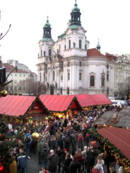 Häuschen, viele Leute, Dom im Hintergrund - schönste Weihnachtsmärkte Europas