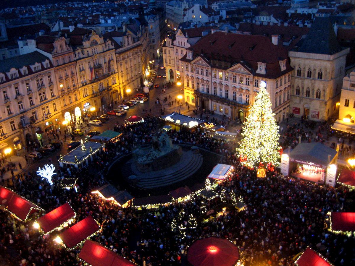 Innenstadtplatz mit roten Häuschen, vielen Leuten und riesigem Christbaum - Prag