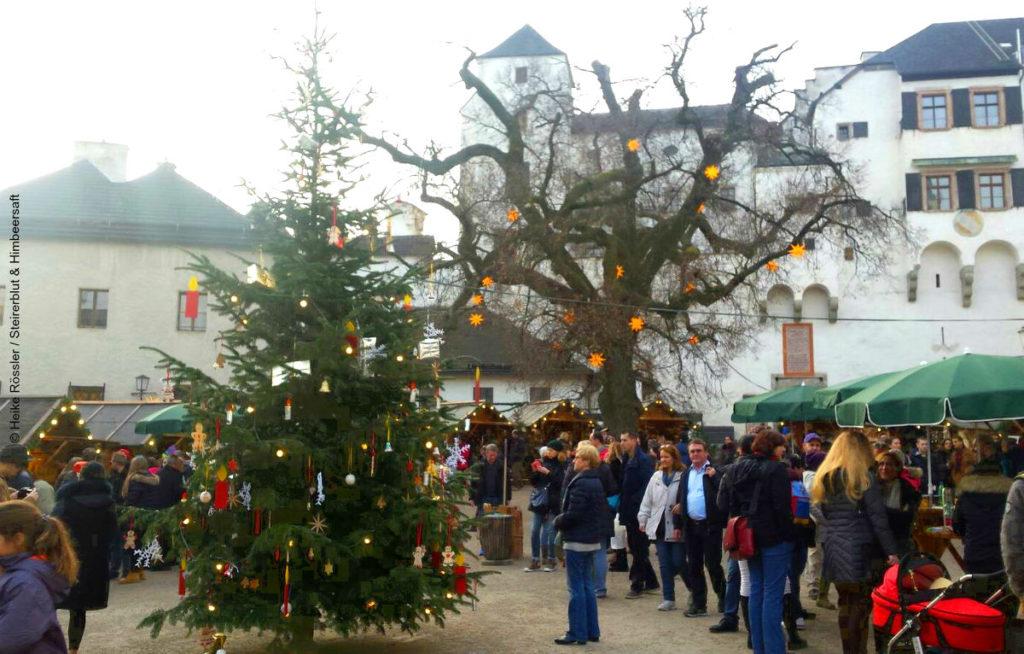 Markt mit Christbaum und Burg im Hintergrund - schönste Weihnachtsmärkte Europas