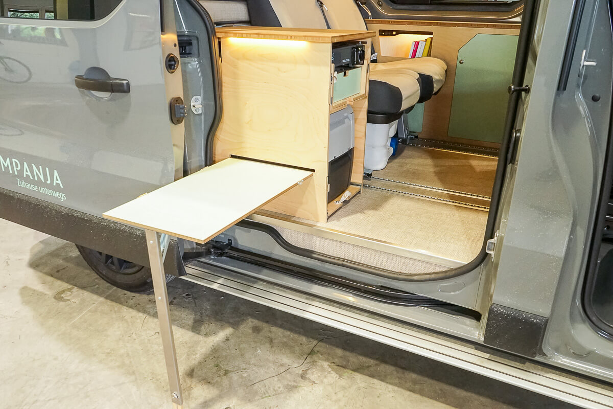 Campervan Kompanja: Sitzmöglichkeit mit Tisch draussen
