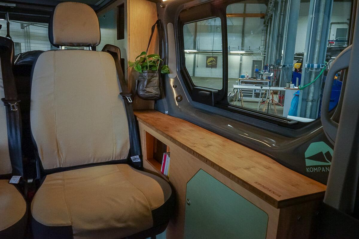 Campervan Kompanja: Sidebord als Staufach im Inneren