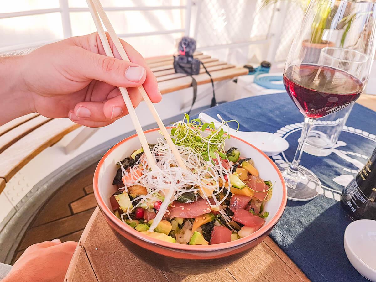 Abendessen auf dem Schiff: Room-Service vom Güterhof