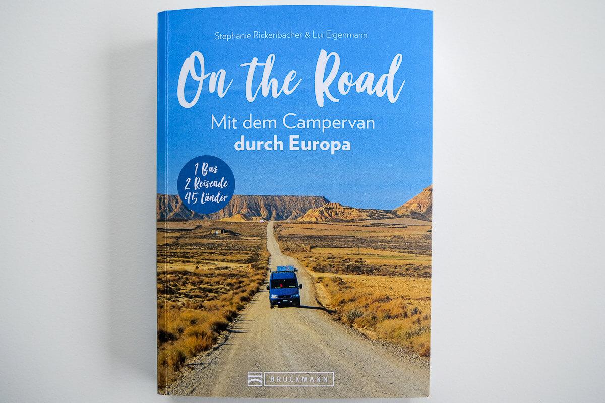 On the Road - mit dem Campervan durch Europa - Buchcover Bus auf endloser Strasse durch Bardenas Reales Halbwüste