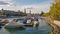 Blick über Boote auf der Limmat in die Altstadt von Zürich