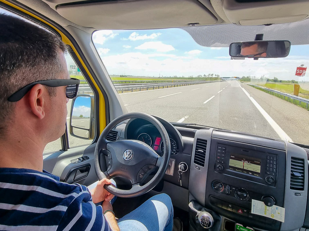 Lui fährt auf Autobahn - Einreiseregeln Corona Italien
