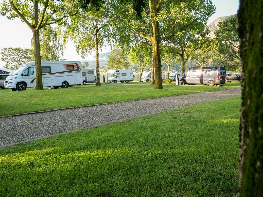 Campingplatz mit Wiese und Bäumen am Lago Maggiore
