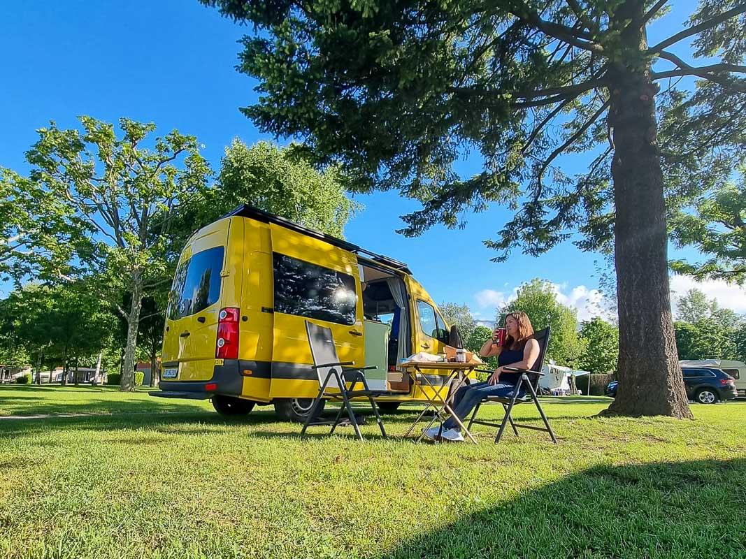 Campingplatz mit Bäumen