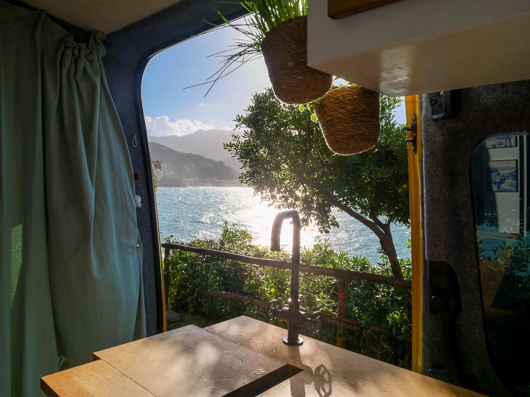 Blick aufs Meer aus Camper hinaus - Campingplatz Italien