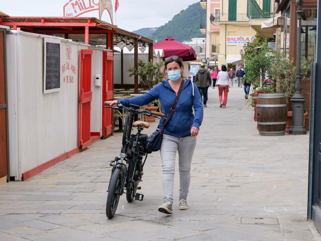 Mit Maske in Innenstadt Italiens unterwegs