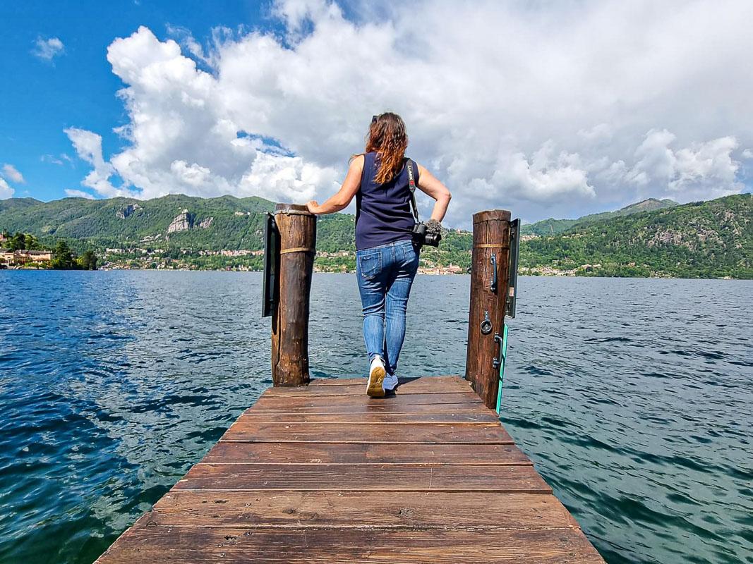 Steffi auf Steg am See - Ortasee Italien