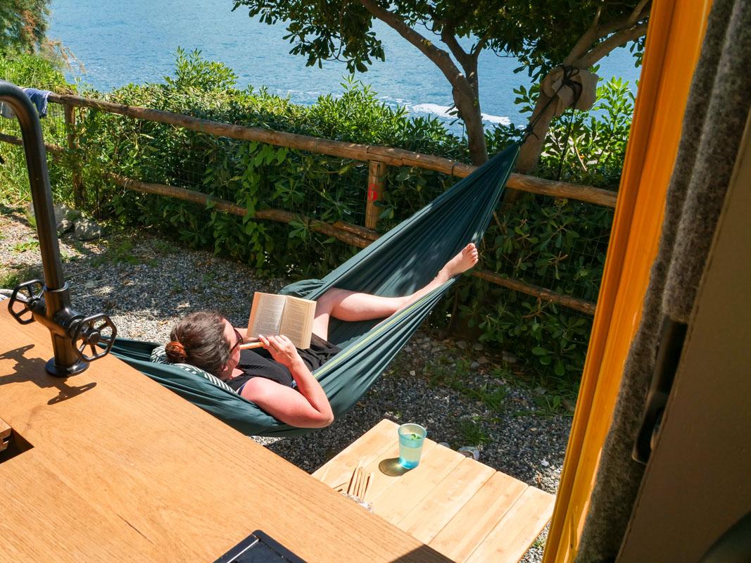 Campingplatz in Hängematte am Lesen direkt am Meer - Campingurlaub Italien Smeraldo