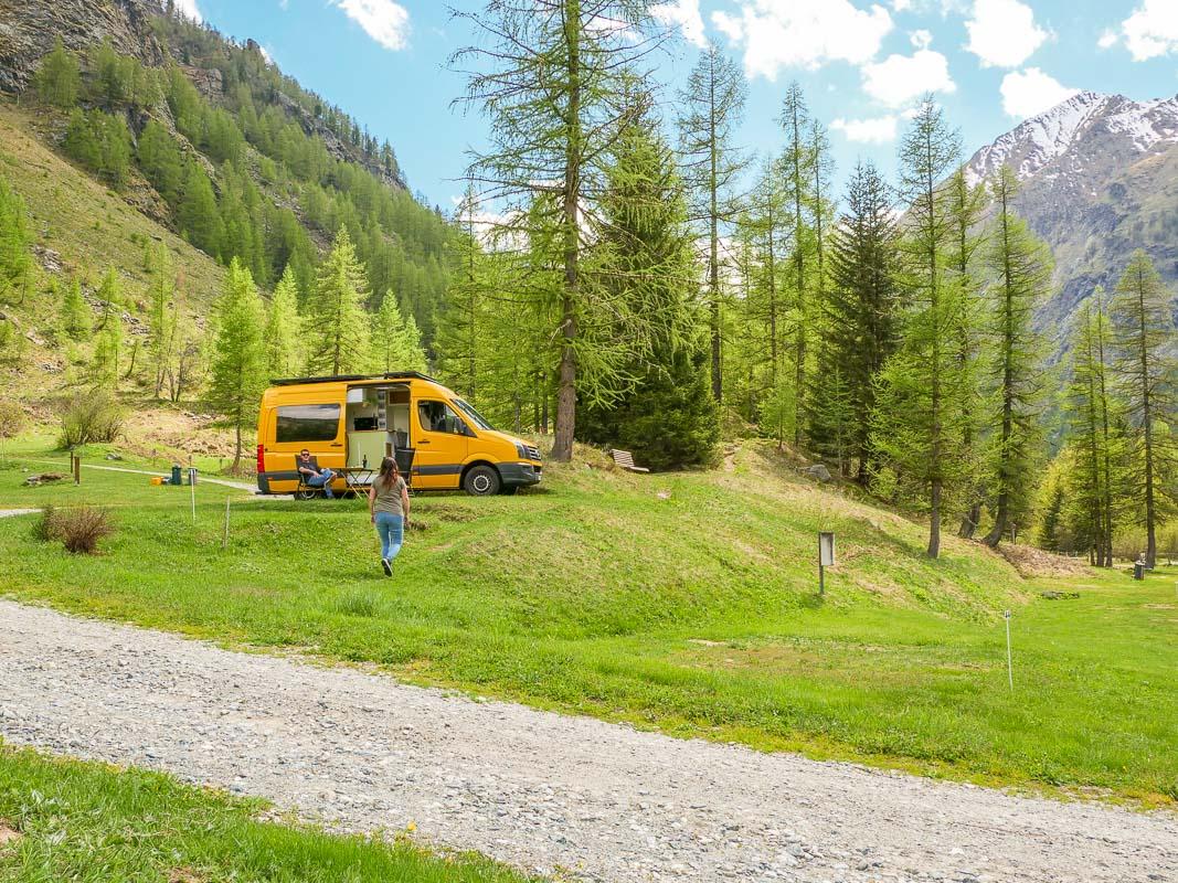 Campingplatz in den Bergen mit Bäumen